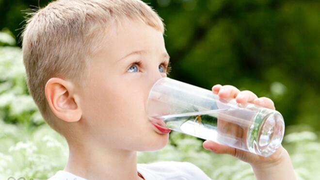 Вода позволяет снизить риск развития ожирения у ребенка