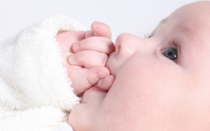 Новорожденные дети острее взрослых чувствуют боль