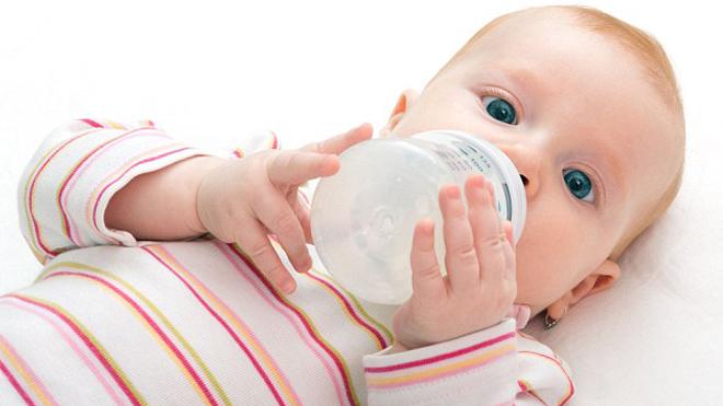 Специалисты выяснили, что родители перекармливают детей молоком