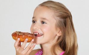 Награждение детей вредными продуктами питания может привести к расстройствам пищевого поведения
