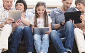Родители подают своим детям плохой пример, проводя много времени в соцсетях
