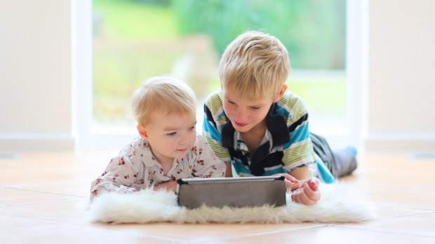 Врачи рассказали, как планшеты влияют на развитие детей