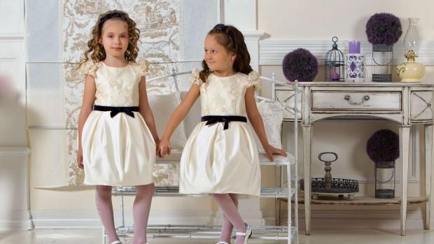 Родители должны помогать дочери в выборе платья для выпускного