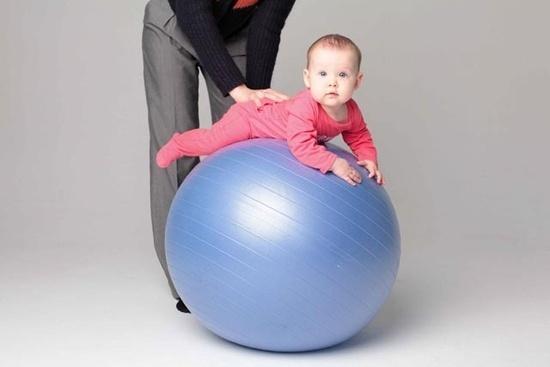 На что обратить внимание, выбирая фитбол для малыша?
