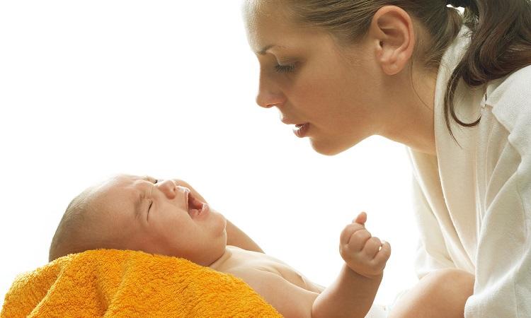 Ученые поняли, почему матери обычно держат младенцев слева