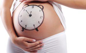 Медики назвали дни недели, увеличивающие опасность родов у женщин
