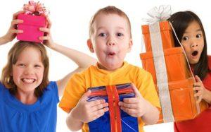 Как правильно выбрать подарок малышу?