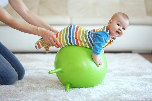 Чем полезен новорожденному фитбол?