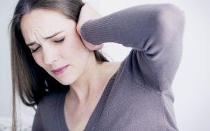 Почему закладывает уши при беременности и как решить проблему