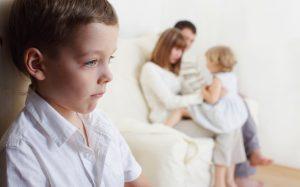 Ревность у детей — как правильно реагировать родителям?