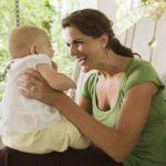 Почему взрослые сюскают с маленькими детьми?