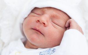 Акне новорожденных — как лечить и стоит ли?