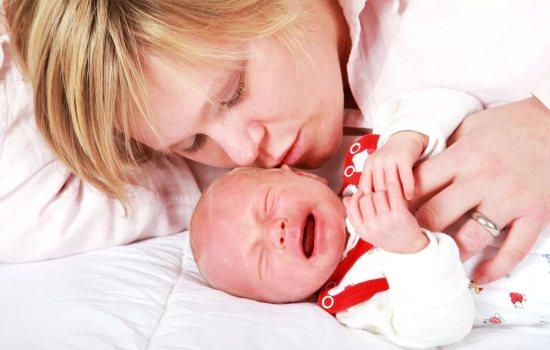 Жидкий стул у новорождённого – причины и последствия