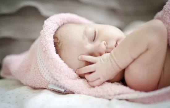 Гноится глаз у новорожденного: причины патологии