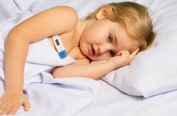 У ребенка температура 38 без других симптомов: причины, первая помощь