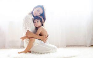 Ребенок кричит и плачет. Что делать родителям — и что говорить