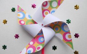 Простые поделки с детьми своими руками – летняя игрушка. Вертушка из бумаги