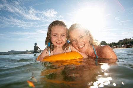 Океан лечит аутизм: что происходит с ребенком, поймавшим волну
