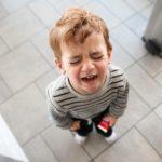 Прекрати истерику! Почему ребёнок истерит дома или на людях, что с этим делать?