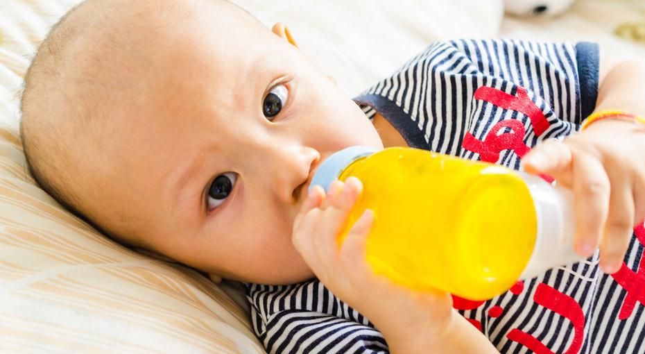 Родители слишком рано дают младенцам твердую пищу