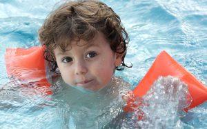 Учим ребенка плавать: секреты, хитрости, система поощрений