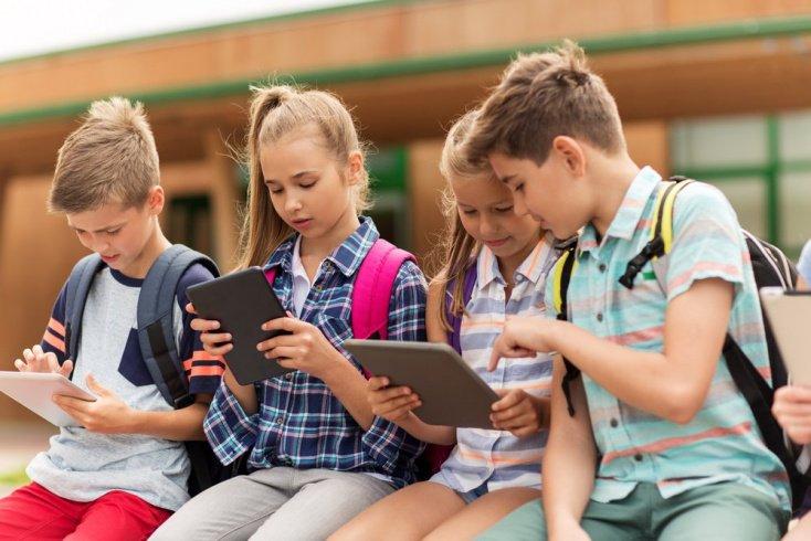 Ребенок и мобильник: когда не рано иметь свой телефон?
