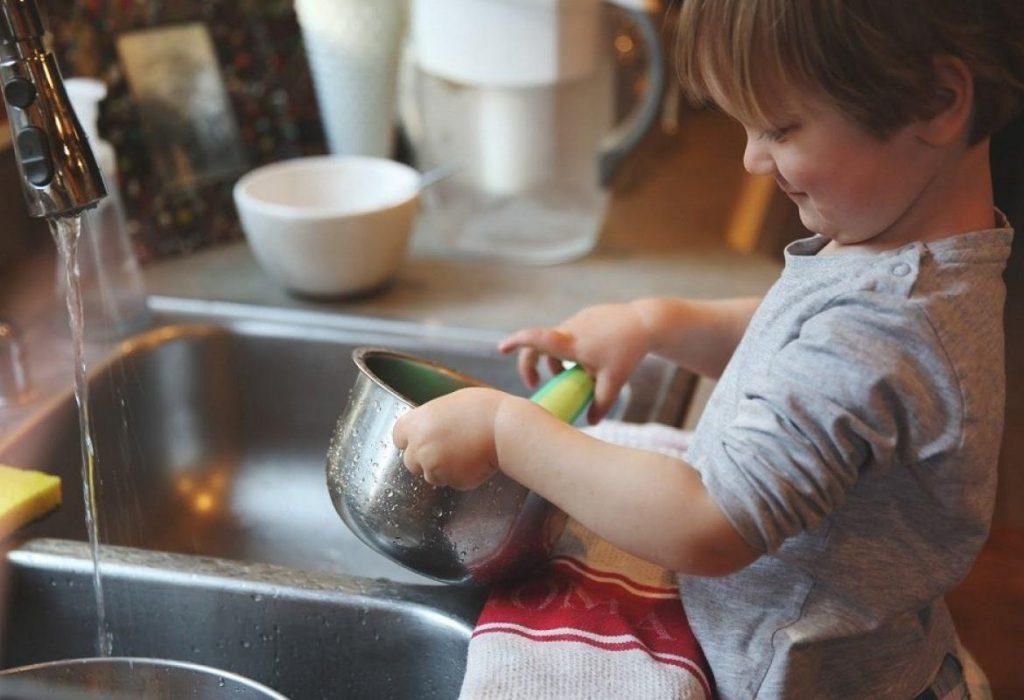 Моем посуду для крохи вместе с крохой!
