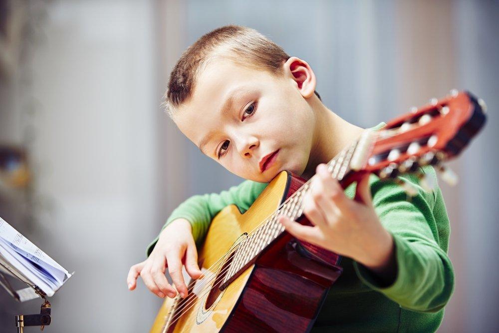 Обучение музыке не делает детей умнее