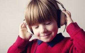 Можно ли детям слушать аудиокниги: мнение психолога