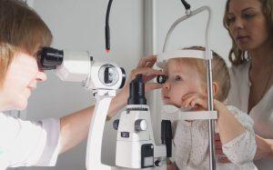 Когда вести ребенка к офтальмологу?