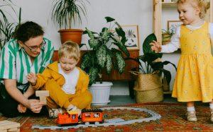 Роль игр в развитие ребёнка: какие игрушки выбрать и во что играть