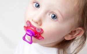 Ребенок ест много шоколада и конфет: причины и последствия