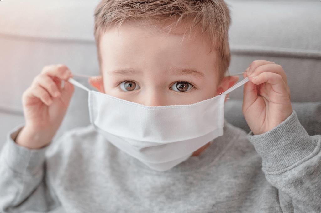 Нужно ли надевать на ребенка защитную маску в общественном месте?