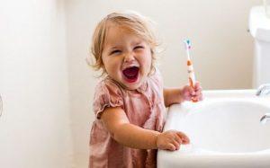 Как правильно выбрать зубную щетку для ребенка: 4 важных критерия