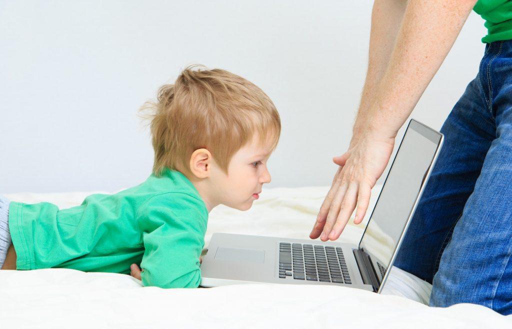 Ребенок растет с телефоном в руках. Как избежать зависимости?