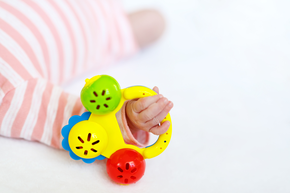 Когда давать погремушку новорожденному ребенку?