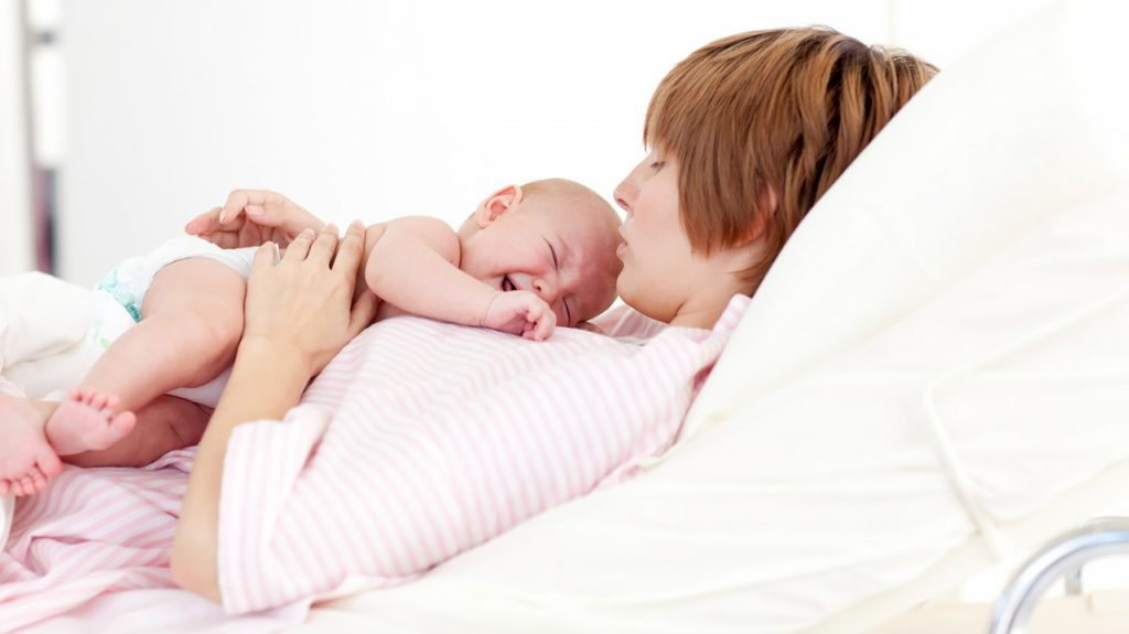 Колики у ребенка: в чем причина и как их лечить