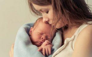 О чем говорит белый налет на языке у ребенка на грудном вскармливании?